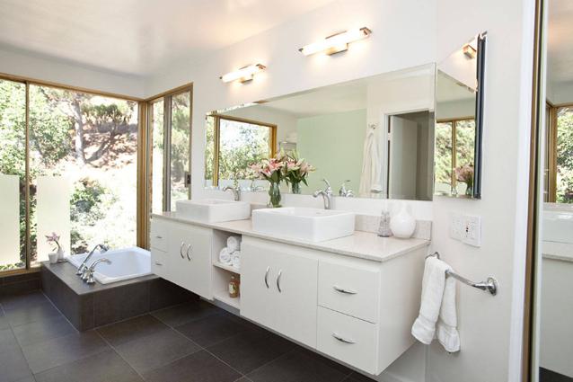 Пример ванной комнасты с правильно подобранным светом