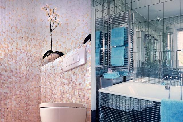 Пример ванной комнасты с небольшой плиткой и плиткой с мозаикой